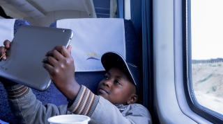 Un enfant qui fait une photo avec sa tablette