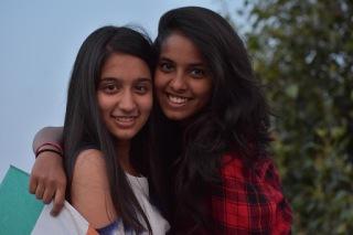 Deux amies souriant