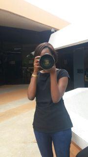 Miss Africa avec un appareil photo en main