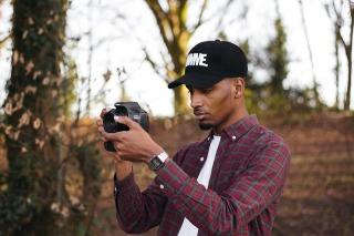 Jeune homme prenant des photos