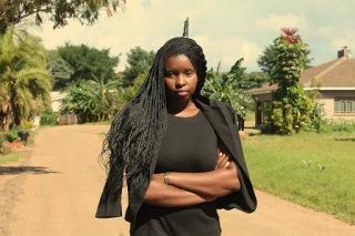 Jeune fille forte et confiante