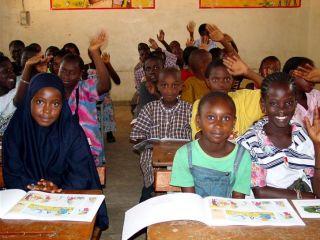 des jeunes élèves dans une salle de classe