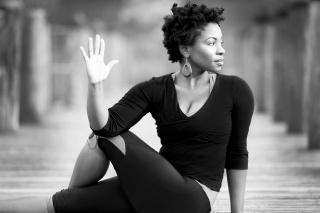 Femme noire méditant et prenant du recul