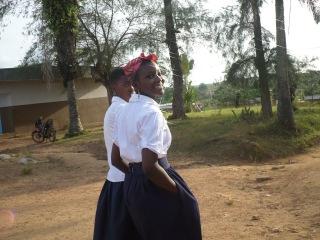 Deux lycéennes en uniforme