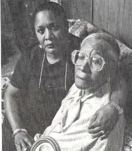 Elmerine Allen reconforte sa mère Fredna Allen