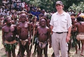 Des pygmées prennent la pause près d'un touriste Blanc