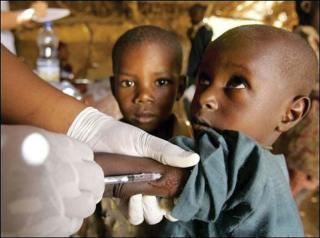 Un enfant se faisant injecter un vaccin expérimental