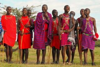 Membres d'une tribu maassaï en tenue traditionnelle