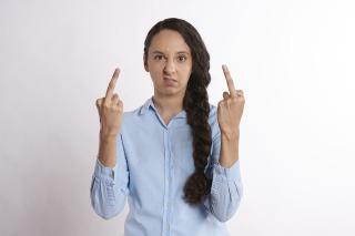 Femme qui fait des doigts d'honneur