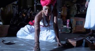 Femme qui pratique le vaudou haïtien