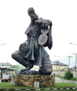 """La pièce, """"Drummer"""", au terminal ferry d'Ikorodu, est un représentant de la culture musicale yoruba. Le batteur est un historien, un éclectique, une royauté et donne vie à la musique africaine."""